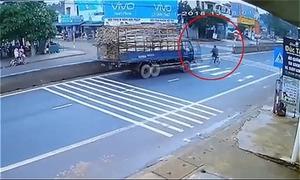 Tài xế gặp họa khi tránh người sang đường ở ngã ba 'tử thần'
