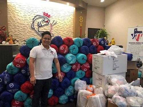 Vo Hoai Trung bên số hàng từ thiện cho người vô gia cư hôm 26/11. Ảnh: Chron