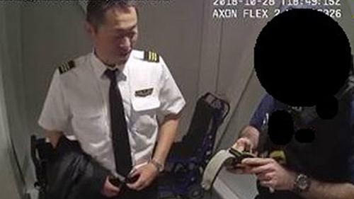 Hình ảnh từ camera an ninh cho thấy Jitsukawa bị bắt hôm 28/10 vì có nồng độ cồn cao gấp 9 lần quy định. Ảnh: PA