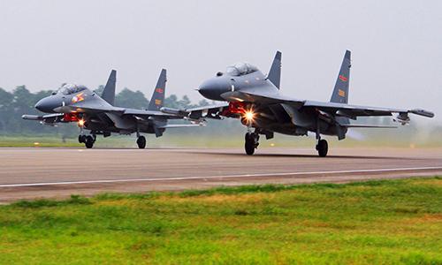 Tiêm kích Su-30 của Trung Quốc cất cánh bay tuần tra tháng 6/2016. Ảnh: AP.