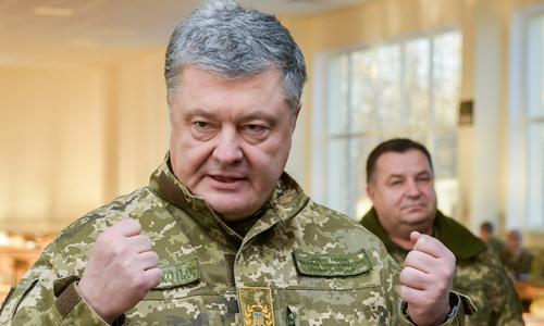 Tổng thống Ukraine Petro Poroshenko thăm một trung tâm huấn luyện quân sự tại Chernihiv ngày 28/11. Ảnh: Reuters.