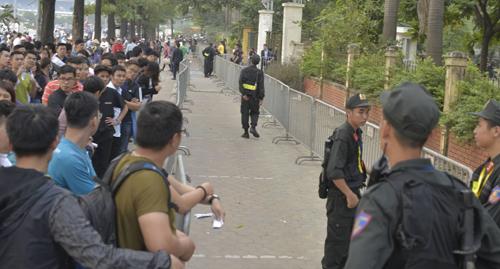 Cảnh sát cơ động giữ trật tự ở khu vực trước cổng VFF. Ảnh: Tất Định
