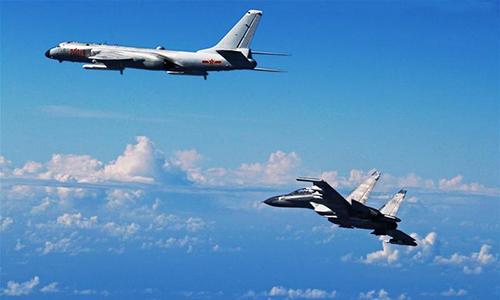 Oanh tạc cơ H-6K và tiêm kích Su-30 bay tuần tra gần đảo Đài Loan tháng 12/2017. Ảnh: Xinhua.