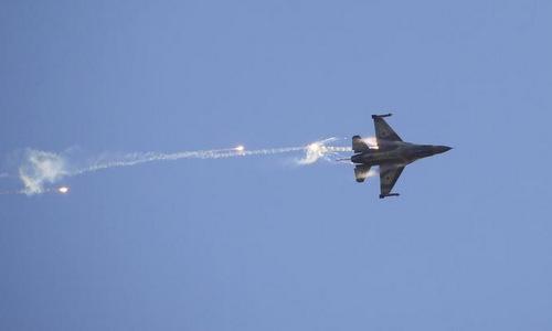 Tiêm kích F-16 Israel thả mồi bẫy trong một cuộc diễn tập năm 2016. Ảnh: Reuters.