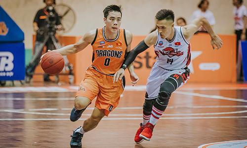Horace Nguyễn (trái), đội trưởng Đà Nẵng Dragons mang áo số 0, chơi trong trận với Thăng Long Warriors mùa giải VBA 2018. Ảnh: Đà Nằng Dragons.