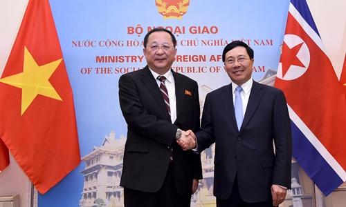 Phó thủ tướng, Bộ trưởng Ngoại giao Phạm Bình Minh (phải) tiếp Ngoại trưởng Triều Tiên Ri Yong Ho tại Hà Nội ngày 30/11. Ảnh: BNG.