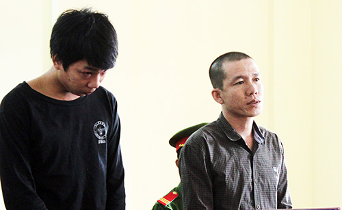 Hai bị cáo Hiếu (trái) và Thắng tại phiên toà. Ảnh: Hưng Lợi
