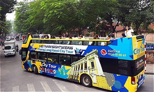 Xe buýt hai tầng chạy qua Văn Miếu Quốc tử giám sáng 30/11.Ảnh: Bá Đô