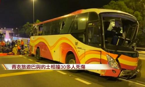 Phần đầu của xe buýt bị biến dạng sau tai nạn. Ảnh: Cable TV News.