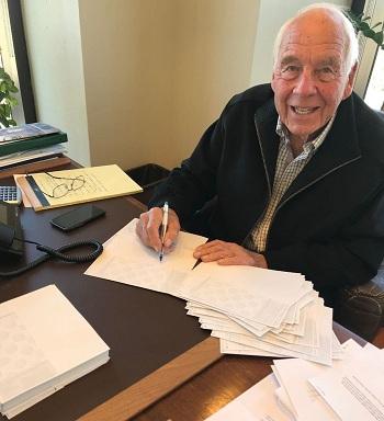 Bob Wilson ký những bức thư gửi đến học sinh trường trung học Paradise trong văn phòng ở Los Angeles hôm 26/11. Ảnh: Carmen Ortega