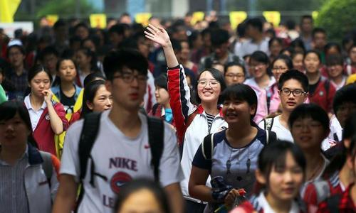 Các học sinh Trung Quốc rời khỏi điểm thi đại học ở thành phố Nam Kinh, tỉnh Giang Tô, Trung Quốc vào tháng 6/2016. Ảnh: Reuters.