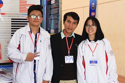 Phùng Minh Ngọc,Bùi Đức Nam cùng thầy giáo hướng dẫn Bùi Ngọc Đạo (giữa) bên gian trưng bày đề tài tại trường THPT chuyên Nguyễn Huệ sáng 30/11. Ảnh: Dương Tâm