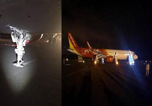 Hai bánh trước của máy bay Vietjet (bên trái) không còn khiến càng chà xát xuống đường băng. Ảnh:Lê Văn.