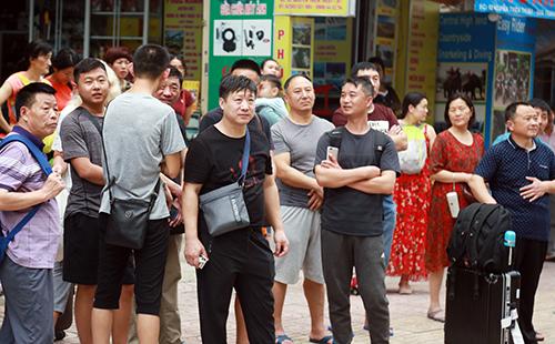 Nhiều khách người nước ngoài ở các khách sạn xung quanh tháo chạy xuống đường. Ảnh: Xuân Ngọc