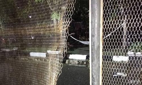 Hàng rào của nhà tù ở thành phố Banda Aceh, Indonesia bị tù nhân phá hỏng. Ảnh: AFP.