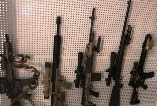Nhiều khẩu súng các loại ở nhà Tuấn tại TP HCM bị Công an Lâm Đồng thu giữ. Ảnh: Khánh Hương.