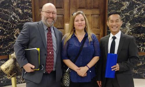 Ông Nguyễn Thanh Tùng, ngoài cùng bên phải, cùng hai người bạn hỗ trợ hoạt động phản đối lệnh trục xuất của Mỹ. Ảnh: Facebook.