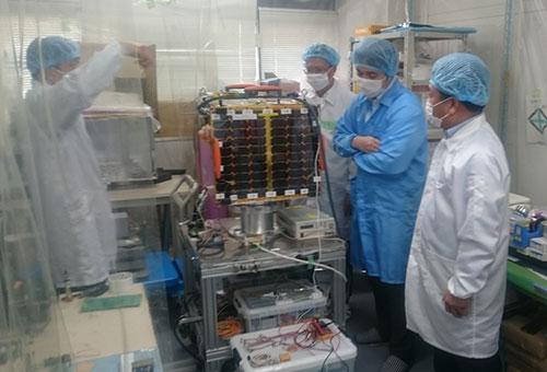 Vệ tinhMicro - Dragon lưu tại phòng sạch chờ phóng ở Nhật Bản.
