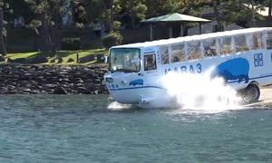 Xe buýt di chuyển cả dưới nước và trên bờ