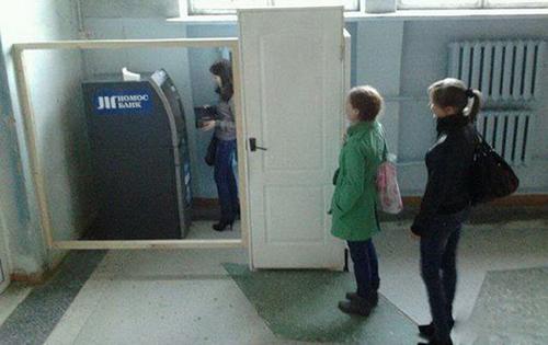 Dụng ý khi đặt trụ ATM thế này là gì?