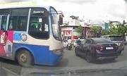 Ôtô chôn chân vì bị chặn đầu bởi trăm xe máy đi ngược chiều ở Sài Gòn