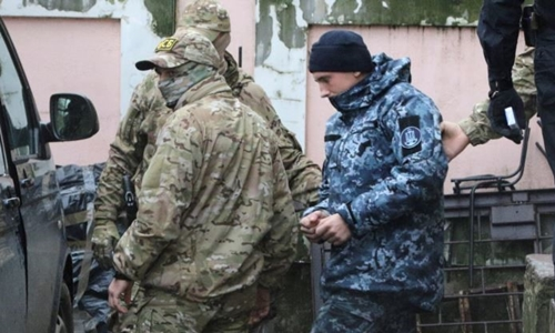 Một trong 24 thủy thủ Ukraine bị áp giải ở Simferopol, Crimea ngày 28/11. Ảnh: Reuters.