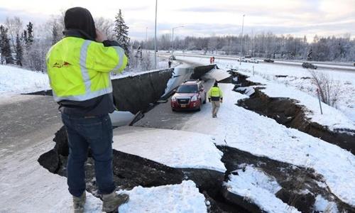 Một chiếc xe bị kẹt vì đường nứt gãy do động đất ở Alaska. Ảnh: Reuters.