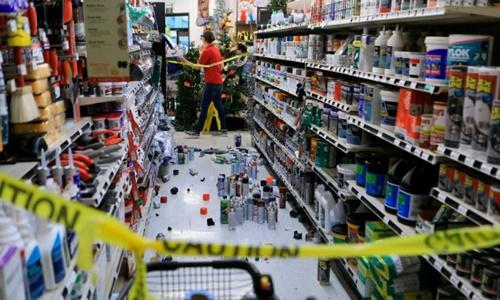 Hàng hóa rơi vãi tại một siêu thị ở Anchorage sau trận động đất. Ảnh: AP.