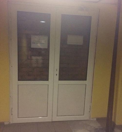 Cửa không bao giờ mở.