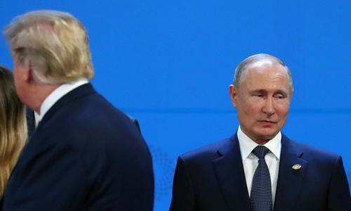 Trump ngày 30/11 đi qua Putin khi các lãnh đạo G20 chụp ảnh chung nhưng hai người không chào hỏi nhau. Ảnh: Reuters.