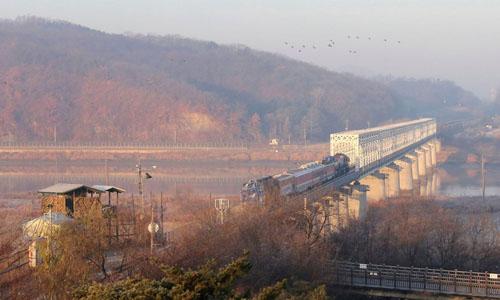 Đoàn tàu Hàn Quốc di chuyển trên tuyến đường sắt gần làng Panmunjom, Triều Tiên hôm 30/11. Ảnh: AP.