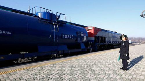 Chuyến tàu chở quan chức Hàn Quốc chuẩn bị khởi hành tại nhà ga Dorasan ở thành phố Paju. Ảnh: AP.