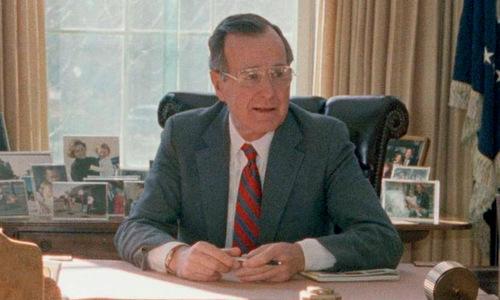 Bush cha tại bàn làm việc ở Nhà Trắng hồi năm 1989. Ảnh: AP.