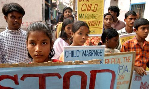 Chú rể và cô dâu tuổi vị thành niên phản đối hôn nhân trẻ em tại bang Tây Bangal. Ảnh: Independent.