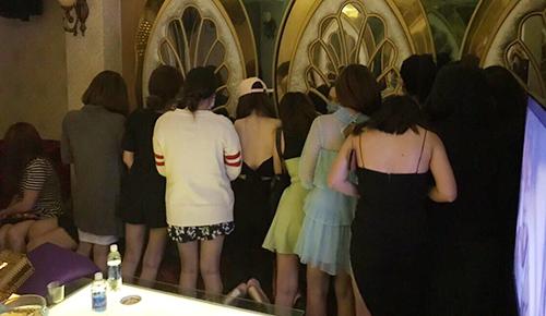Dàn tiếp viên tại khách sạn Janus chuyên tiếp khách Hàn Quốc. Ảnh: Quốc Thắng.