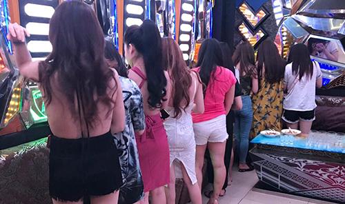 Nhiều khách và tiếp viên tại Karaoke 199 bị nghi sử dụng ma tuý. Ảnh: Quốc Thắng.