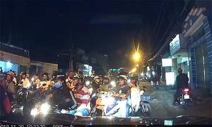 Ôtô 'chôn chân' vì bị chặn đầu bởi trăm xe máy đi ngược chiều ở Sài Gòn