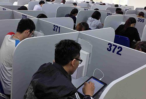 Sinh viên trường Đại học Y Hà Nội thi trên máy tính bảng.