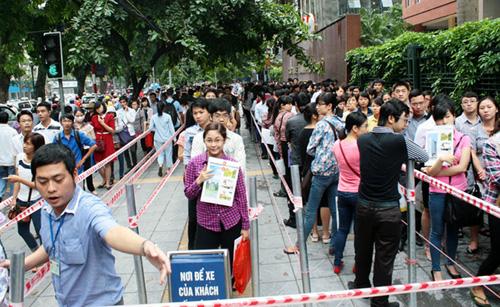 Hàng nghìn thí sinh xếp hành nộp hồ sơ thi công chức ngành Thuế Hà Nội. Ảnh:Bá Đô.