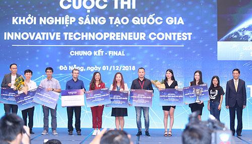 Ban tổ chức trao giải thưởng cho các đội thắng cuộc. Ảnh: BN.