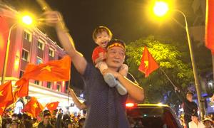 Trung tâm Hà Nội, Sài Gòn ken đặc người mừng chiến thắng của tuyển Việt Nam
