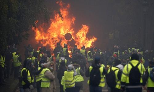 Người biểu tình đốt xe ở thủ đô Paris ngày 1/12. Ảnh: Reuters.