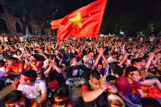 Cổ động viên 'tiếp lửa' cho tuyển Việt Nam từ Hà Nội
