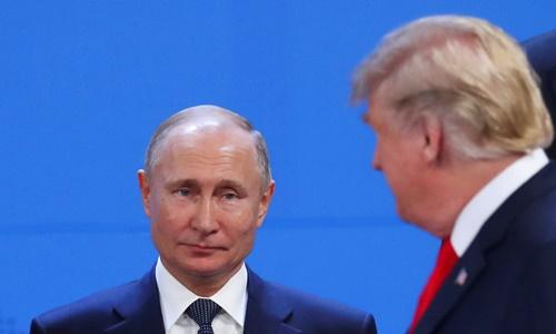 Tổng thống Nga Vladimir Putin và Tổng thống Mỹ Donald Trump chạm mặt tại phiên chụp ảnh chung của hội nghị G20 ở Argentina ngày 30/11. Ảnh: Reuters.