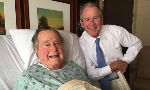 Cựu tổng thống thứ 43 của Mỹ George W.Bush tới thăm cha trong bệnh viện ở Houston hồi tháng 4/2017. Ảnh: KBTX.