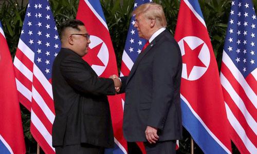 Tổng thống Mỹ Donald Trump (phải) bắt tay lãnh đạo Triều Tiên Kim Jong-un tại hội nghị thượng đỉnh ở Singapore hồi tháng 6. Ảnh: Reuters.