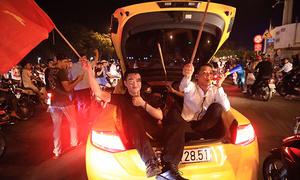 Những kiểu ăn mừng trên phố sau chiến thắng của tuyển Việt Nam