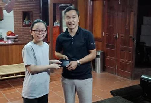 Em Hương trao lại chiếc ví cho anh Tùng. Ảnh: NVCC.