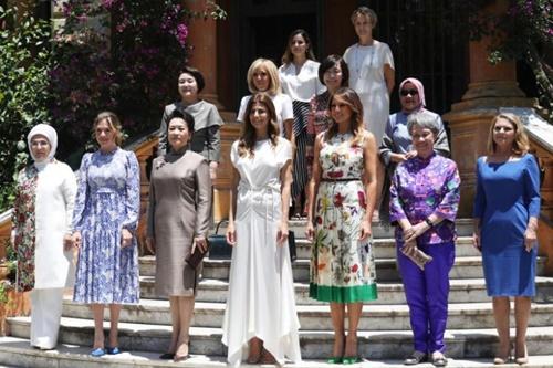 Bà Hà Tinh (hàng đầu, thứ hai từ phải sang) chụp ảnh lưu niệm cùng phu nhân các nguyên thủ tới Argentina dự hội nghị G20. Ảnh: Reuters.