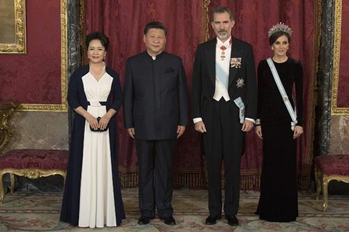 Vợ chồng Chủ tịch Trung Quốc dự tiệc chiêu đãi của vua và hoàng hậu Tây Ban Nha tối 28/11. Ảnh: AFP